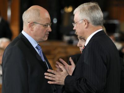 Der CDU/CSU-Fraktionsvorsitzende Volker Kauder (l) im Gespräch mit dem hessischen Ministerpräsidenten Roland Koch. (Archivbild)