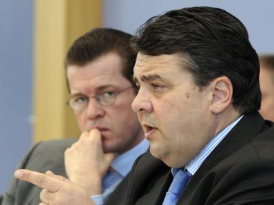 Bundeswirtschaftsminister Karl-Theodor zu Guttenberg neben Bundesumweltminister Sigmar Gabriel (SPD, r).