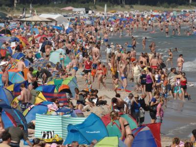 Der heißeste Tag des Jahres hat unerwartet viele Leute an den Strand in Binz auf Rügen gelockt.