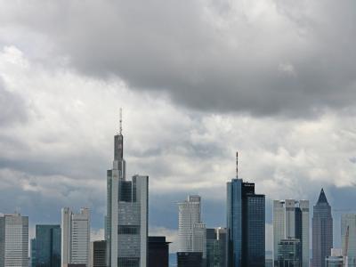 Dunkle Wolken über den Hochhäusern der Banken in Frankfurt am Main.