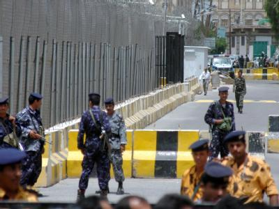 Jemenitische Sicherheitskräfte an einer Straßensperre vor einer Botschaft in Sanaa. (Archivbild)