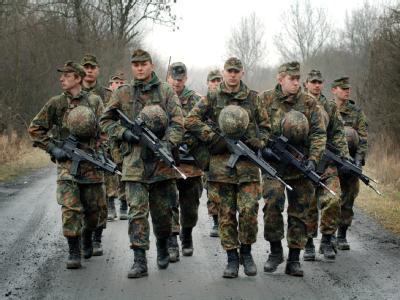 Rekruten der Bundeswehr während einer Übung in der Grundausbildung. (Archivfoto)