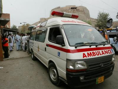 Die Leiche des bei dem Anschlag getöteten Bürgermeisters wird in einer Ambulanz fortgebracht.
