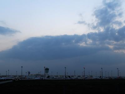 Eine große Wolke hängt am Freitag in München über dem Flughafen.
