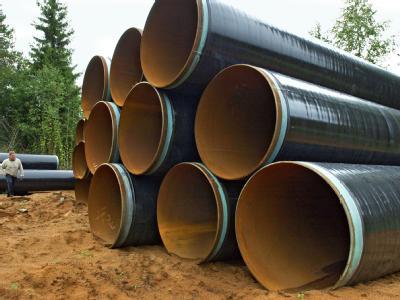 Neue Röhren liegen für die Renovierung einer Gaspipeline bereit. (Archivbild)