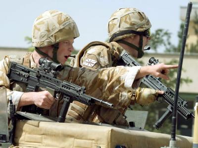 Britische ISAF-Soldaten sichern nahe Kabul den Schauplatz eines Selbstmordanschlags ab.
