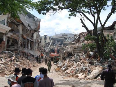 Rettungskräfte vor einem zerstörten Hotel in der Stadt Padang.