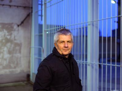 Roland Jahn, hier bei einem Besuch der Gedenkstätte Hohenschönhausen in Berlin, will alle ehemaligen hauptamtlichen Mitarbeiter der Stasi aus seiner Behörde entfernen.