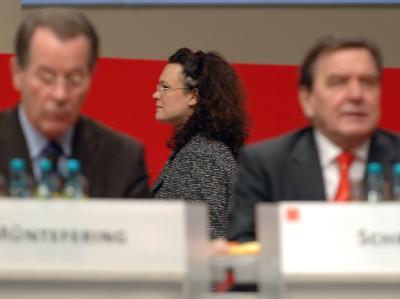 Andrea Nahles hält Schröders Reform-Agenda 2010 für die Hauptursache der anhaltenden SPD-Misere.