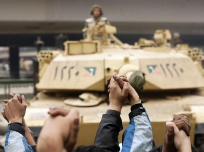 Regierungsgegner haben sich vor einem Panzer der Armee an den Händen gefasst. (Archivbild)