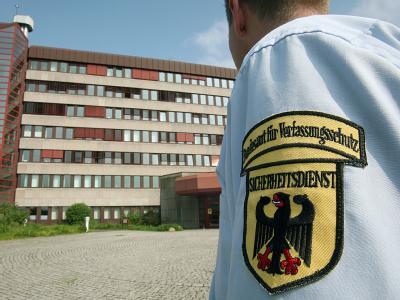 Ein Sicherheitsbeamter wacht vor dem Bundesamt für Verfassungsschutz in Köln. Foto: dpa/Archiv