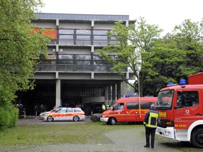Polizei- und Rettungskräfte im Mai vor dem Albert-Einstein-Gymnasium in Sankt Augustin.