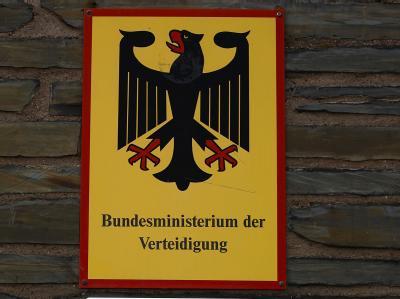 Ein Hinweisschild am Sitz des Verteidigungsministeriums in Bonn auf der Hardthöhe.