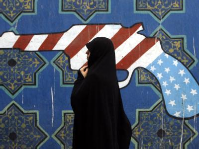 Wandmalerei in Teheran: Die Beziehungen zwischen den USA und Iran sind seit Jahrzehnten von Spannungen geprägt. Foto: Abedin Taherkenareh/Archiv
