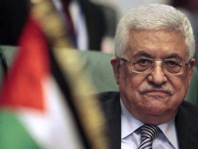 Mahmud Abbas hinter einer kleinen Flagge mit den Farben der Palästinenser.