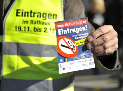 Ein Unterstützer des Volksbegehrens für einen besseren Nichtraucherschutz in München. (Archivbild)