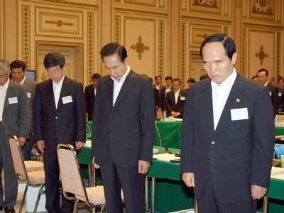 Mitglieder der südkoranischen Regierung verneigen sich in Respekt vor Kim Dae Jung.