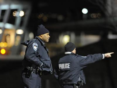 US-Polizisten an einem Tatort (Archivbild). In Washington wurden drei Menschen aus einem Auto heraus erschossen.