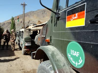 Bundeswehrsoldaten sichern in Afghanistan eine Straße (Archivfoto). Die SPD berät über das künftige deutsche Engagement am Hindukusch.