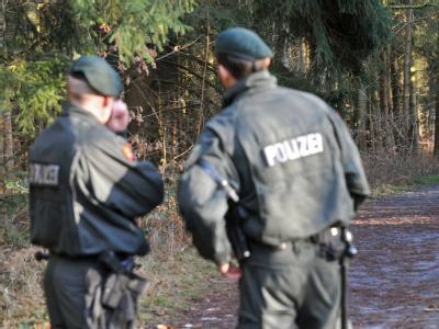 Polizeibeamte bei der Spurensuche an einem Tatort. (Archivbild)