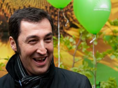 Cem Özdemir hat gut lachen. Laut einer Umfrage sind die Grünen erstmals stärkste Kraft in Berlin.