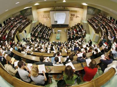 Studenten in einem Uni-Hörsaal: Zum 1. Oktober 2010 wird das BAföG erhöht.