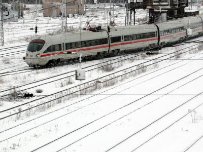 Ein ICE auf verschneiten Gleisen. Wegen eines Wartungsstaus schränkt die Bahn den ICE-Verkehr voraussichtlich bis ins Frühjahr hinein ein.