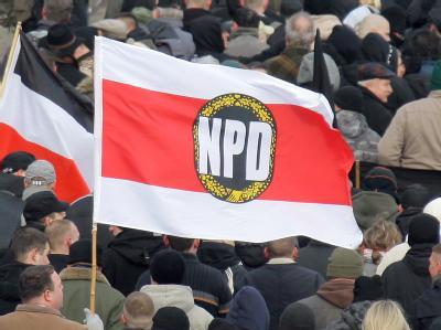 Die Fahne der NPD bei einer Veranstaltung der Partei. (Archivbild)