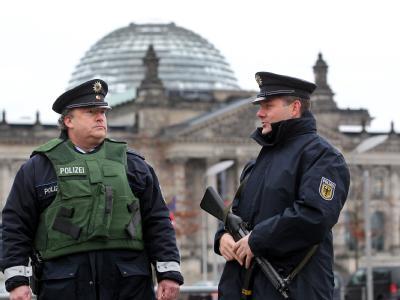 Polizisten der Bundespolizei patrouillieren vor dem Reichstagsgebäude in Berlin.