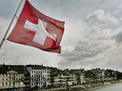 Die Schweizer Fahne auf der Mittleren Brücke in Basel. In einer Volksabstimmung hatten die Schweizer ein Minarettverbot beschlossen.