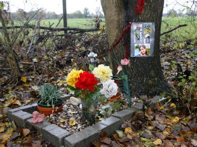 Blumen und Bilder erinnern an einem Feldweg in Nordrhein-Westfalen an den Mord an Gülsüm S.