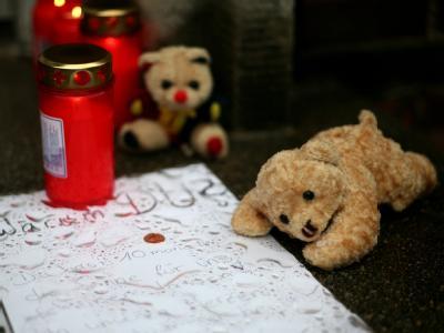 Kerzen und Kuscheltiere liegen im März 2009 vor dem Haus in Hamburg-Wilhelmsburg, in dem die kleine Lara Mia starb.