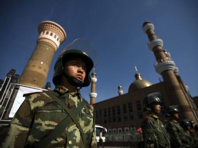 Ein Sicherheitsbeamter in der Stadt Ürümqi vor einer Moschee. (Archivbild vom 10. Juli)