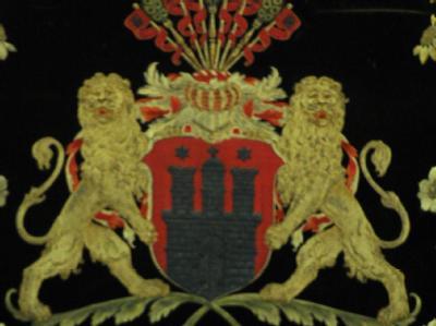 Das Wappen der Hansestadt hinter dem Platz des Bürgerschaftspräsidenten im Rathaus von Hamburg.