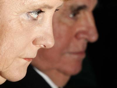 Bundeskanzlerin Angela Merkel (CDU) und Altbundeskanzler Helmut Kohl während eines Empfangs in Berlin.