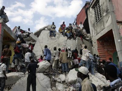 Die Überlebenschancen der unter den Trümmerbergen Verschütteten werden immer geringer.