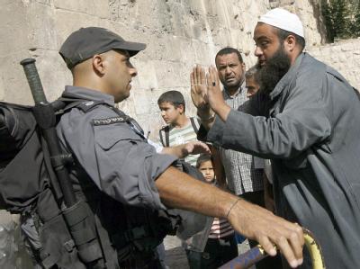 Ein Palästinenser streitet in der Altstadt von Jerusalem mit einem israelischen Polizisten. (Archivbild)