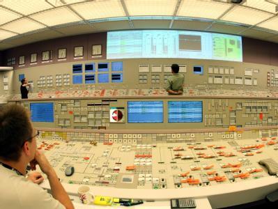 Blick über die Schulter eines Mitarbeiters des Kernkraftwerks Philippsburg auf die Schalter, Hebel und Monitore des Leitstandes. (Archivfoto)
