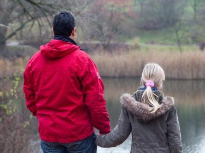 Ein Vater und seine Tochter: Die Regelung des Sorgerechts für unverheiratete Väter ist verfassungswidrig. (Archiv- und Symbolbild)
