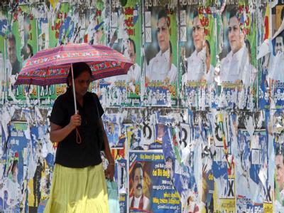 Eine Passantin spaziert am Tag nach den Wahlen in Sri Lanka durch die Straßen von Colombo.