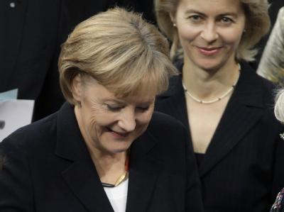 Angela Merkel gibt während der Sitzung des Bundestages ihre Stimme zur Kanzlerwahl ab.