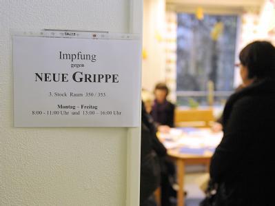 Patienten warten in einem Gesundheitsamt in Hamburg auf die Impfung gegen die Schweinegrippe.