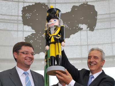 Sachsens Ministerpräsident Tillich (r./CDU) nach seiner Wahl zum Ministerpräsidenten mit einem Geschenk des FDP-Fraktionsvorsitzenden Zastrow.