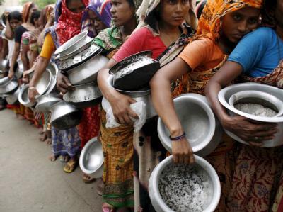 Hungernde Frauen stehen für Essen an: China vergibt mehr Kredite an Entwicklungsländer als die Weltbank.