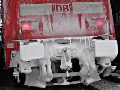 Eine dicke Schicht aus Schnee und Eis ziert das Heck eines Zuges der Deutschen Bahn.