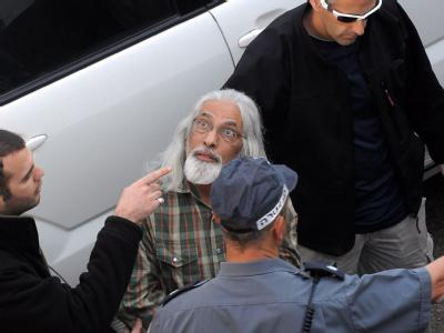 Der selbst ernannte Guru (Mitte) nach seiner Festnahme in Tel Aviv.