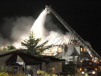 Feuerwehrleute kämpfen am Montag auf Sylt gegen einen Brand.