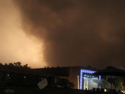 Nach einem Angriff auf Tripolis stehen Rauchwolken über der Stadt. (Aufnahme vom 24. Mai)