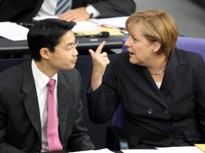 Kanzlerin Merkel hält nichts von Spekulationen über die Eurokrise. Zuvor hatte sich Wirtschaftsminister Rösler zu einer etwaigen Athen-Pleite geäußert.