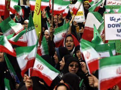 Iranische Studenten schwenken während einer Demonstration die Flagge ihres Landes.